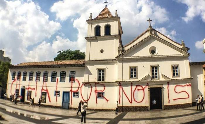 """Na manhã da última terça-feira (10), o monumento histórico paulistano amanheceu pichado com a frase """"Olhai por nóis"""" (sic). Foto: Paulo Pinto/Fotos Públicas"""