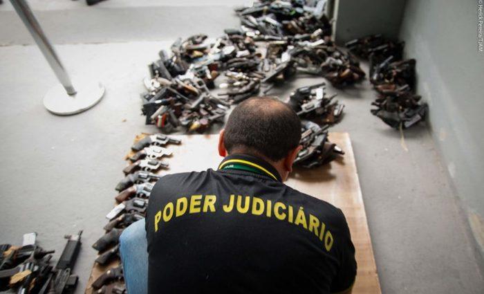 Policial disse que até 70% das armas apreendidas pela polícia atualmente são do tipo Airsoft. Foto: Herick Pereira/TJAM
