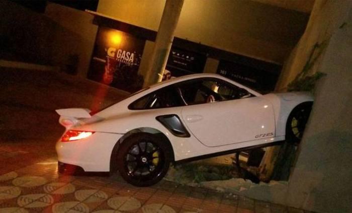 Veículo bateu no muro de uma empresa na Rua Plutão, Bairro Santa Lúcia. Foto: Guarda Municipal/Divulgação