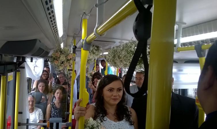 Os dois se conheceram e se apaixonaram há dez anos dentro da mesma linha de ônibus que se casaram neste fim de semana. Foto: MobiBrasil/Divulgação