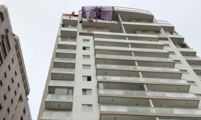 """Manifestantes colocaram a bandeira do movimento e faixas na fachada do prédio com mensagens """"Povo Sem Medo"""" e """"Se é do Lula, é nosso"""". Foto: Reprodução/Twitter"""