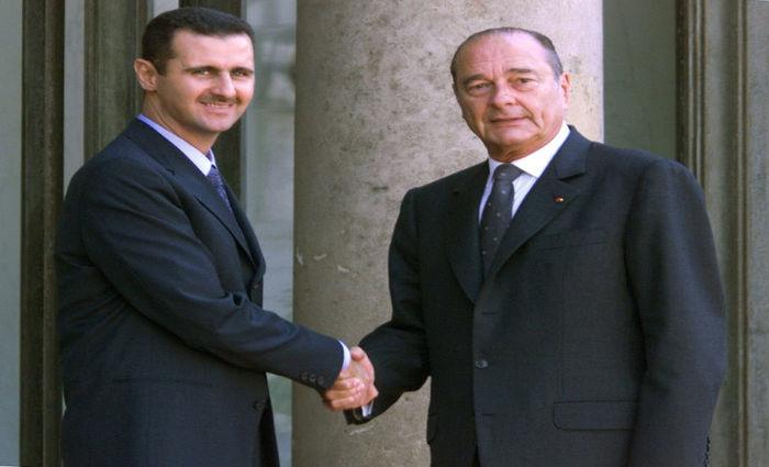 (Arquivo) Foto de 25 de junho de 2001 mostra o presidente da Síria, Bashar Al Assad (E), e o então presidente da França Jacques Chirac durante encontro em Paris, na França. Foto: AFP/Arquivos / Jack GUEZ