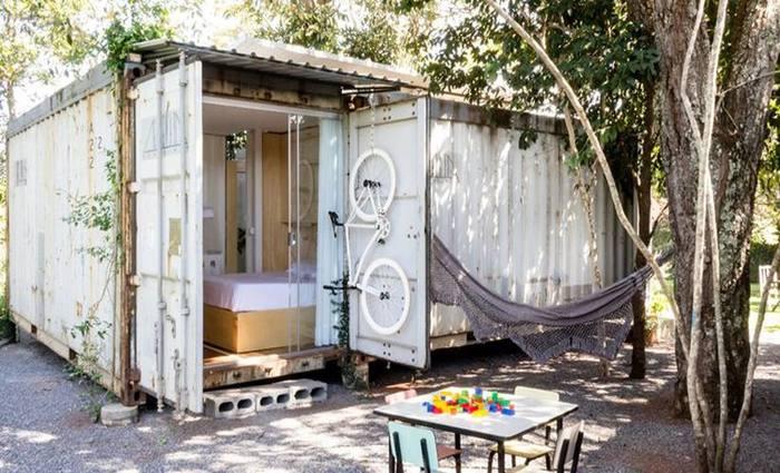 A casa de contêineres que a arquiteta Ana Laterza construiu para morar com o marido e as duas filhas, no Lago Sul. Foto: Marília Alves/ Divulgação