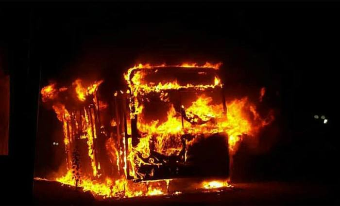 Com mais um veículo queimado, chega a sete o número de ocorrências na Grande BH em cinco dias. No domingo, autores deixam bilhete reclamando de condições em presídio. Foto: Corpo de Bombeiros/Divulgação
