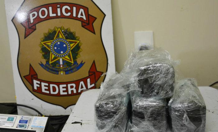 A droga estava embalada e escondida dentro da bagagem. Foto: PFPE/Divulgação