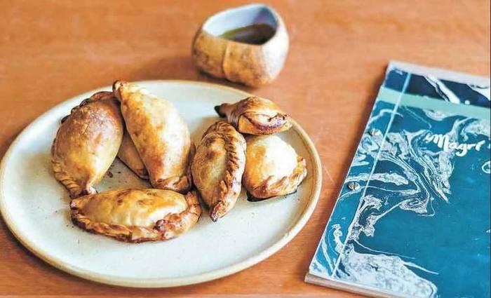 Empanada de carne de porco com abacaxi caramelizado e café. Foto: Juliana Felix/Divulgação