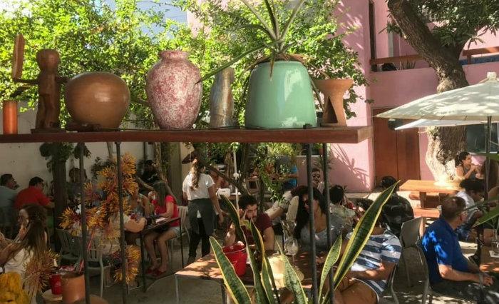 No casarão do ca-já, durante o almoço são distribuídos leques e chapelões para o sol, cena que os clientes costumam postar em redes sociais. Foto: Facebook/Divulgação