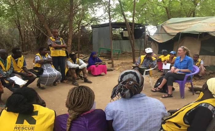 A epidemiologista Amy Summers conversa com agentes de saúde do campo de refugiados Kakuma, no Quênia: 114 pacientes participaram do estudo. Foto: Wheeler Lab/Divulgação