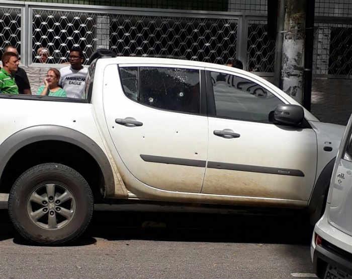Carro foi atingido pelos tiros. Ninguém ficou ferido. Foto: Whatsapp/Cortesia