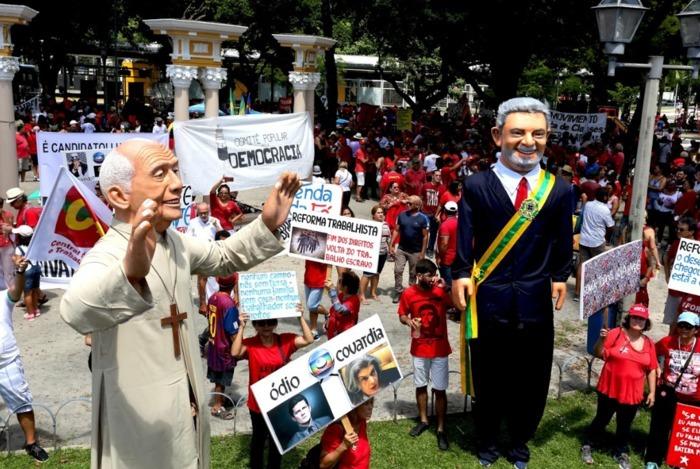 Bonecos de Lula e Dom Helder simbolizam a resistência, a luta pela liberdade e em defesa da democracia. Foto: Henrique Lima/Divulgação
