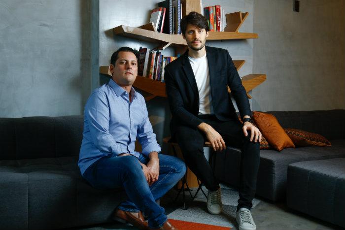 O empresário Sylvio Drummond, dono do Camarada Camarão, e seu filho Raphael Mattos, nas dependências de seu escritório, localizado em Boa Viagem. Credito: Marlon Diego/Esp.DP