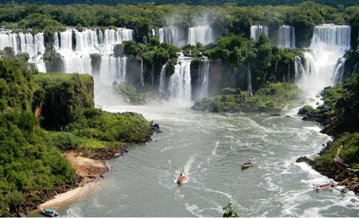 Ao contemplar a natureza, muitos turistas aproveitam para fazer agredecimentos à vida. Foto: Tiago Caramuru/Divulgação