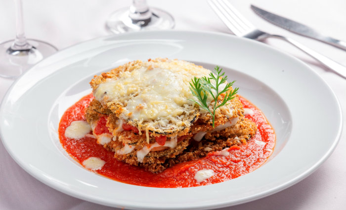 Chef Gabriel Theodozio se inspirou na receita da mãe para preparar o Berinjela alla Parmegiana. (Crédito: Sol Pulquério)