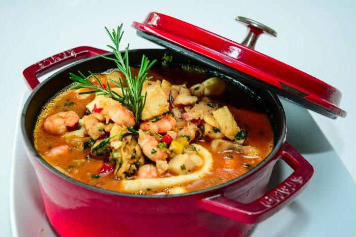 Caldeirada do chef Tallys Bastos é a sugestão do chef para celebrar a data no Restaurante Catamaran. Foto: Rodrigo Cavalcanti/Divulgação