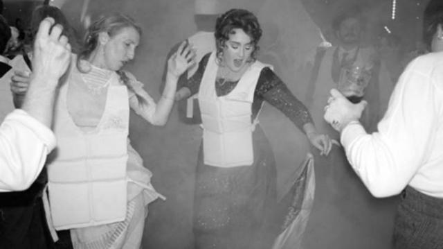 Em uma das imagens, a cantora aparece dançando com pessoas ao redor e vestida com um colete salva-vidas. Foto: Instagram/Reprodução