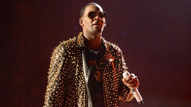 Os usuários das versões gratuita e paga do Spotify continuarão encontrando a música de R. Kelly no serviço. Foto: AFP/Reprodução