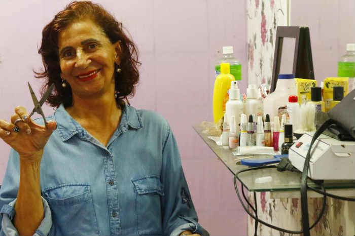 Há mais de 30 anos com salão na comunidade, Jecira mantém atendimento a clientes fiéis. Foto: Shilton Araújo/DP