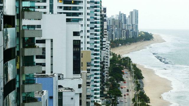 (Com oito quilômetros de extensão, a avenida mais cara do Recife concentra 6,4 mil imóveis residenciais. Foto: Shilton Araújo/DP)