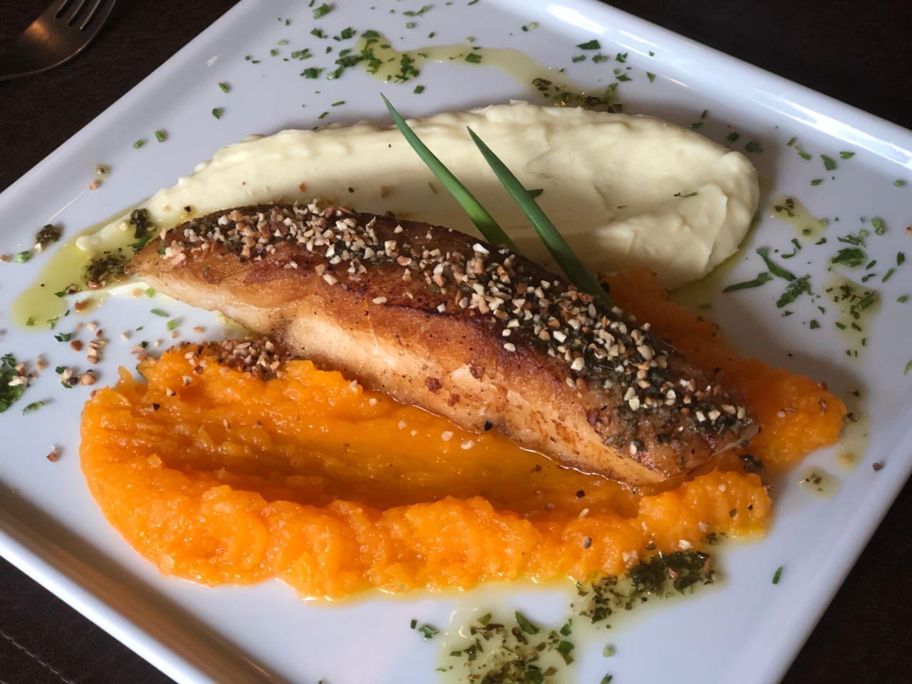 No Pátio Café & Cozinha, o menu é orgânico e leve traz o Filé de pescado no azeite de ervas sobre duo de purês de jerimum e batata doce. Foto: Divulgação