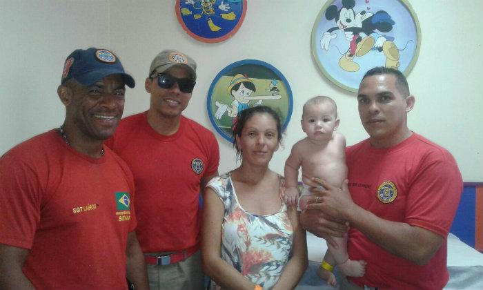Avó do bebê e a equipe dos Bombeiros, após o salvamento. Foto: CBPE/Divulgação