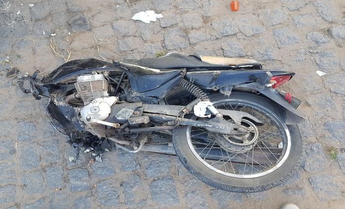 Ônibus colidiu de frente com a moto. Motociclista não resistiu aos ferimentos e faleceu no local. Foto: Divulgação/Polícia Rodoviária Federal