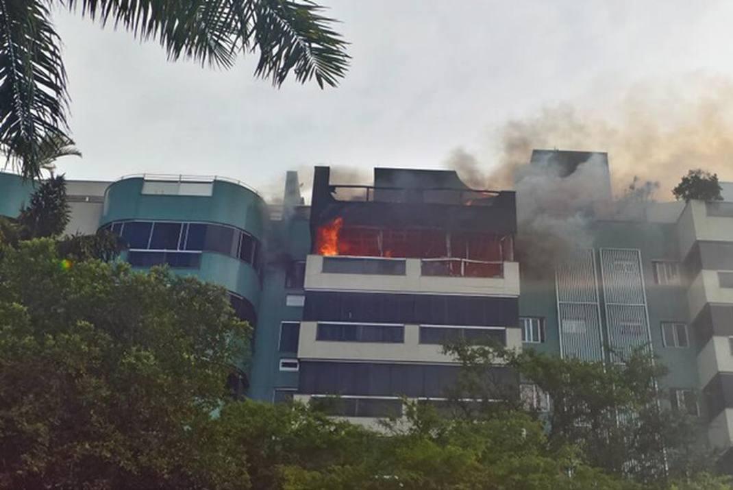 Além de combater o fogo, os bombeiros também trabalham no resgate de moradores. Foto: Sarah Peres/Esp. CB/D.A. Press