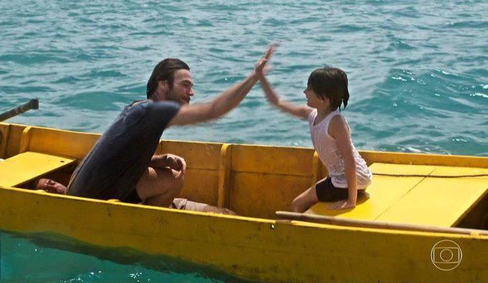 Na cena, Beto Falcão (Emilio Dantas) passeia de barco com Fabiano, filho de Luzia (Giovanna Antonelli). Foto: TV Globo/Reprodução
