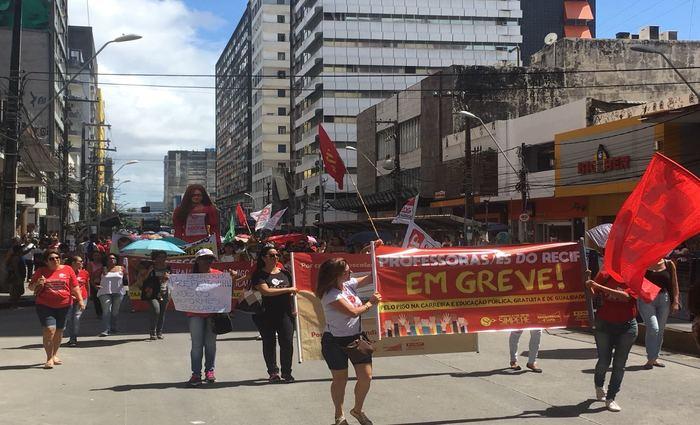 salário, de acordo com o Sindicato dos Professores do Recife (Simpere), não acompanha as mudanças de valores de outros produtos e serviços. Foto: Gabriela Bento/DP.
