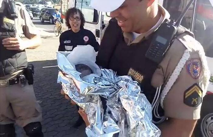 O objetivo dos policiais era fazer a escolta do carro deles até o hospital, mas a criança já estava nascendo. Foto: Reprodução/Internet