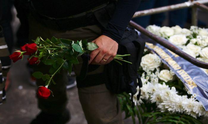 Policiais carregavam rosas. Foto: Paulo Paiva/DP