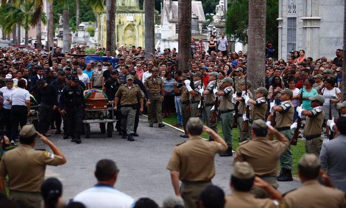 Salva de tiros e o toque funeral, ritual da polícia, também foram prestados como forma de homenagem. Foto: Paulo Paiva/DP