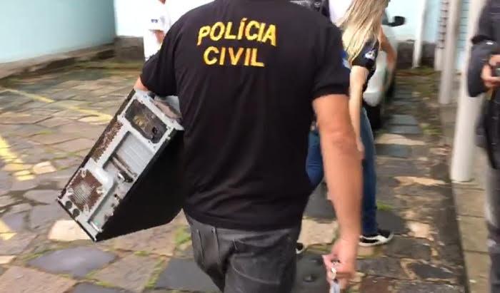 Material recolhido nas residências dos suspeitos estão sendo apreendidos para perícia. Foto: PCPE/Divulgação