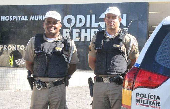 Os cabos Reinaldo e Alves (dir) diante do Odilon Behrens, para onde mãe e filho foram levados (foto: Jair Amaral/EM/DA Press)