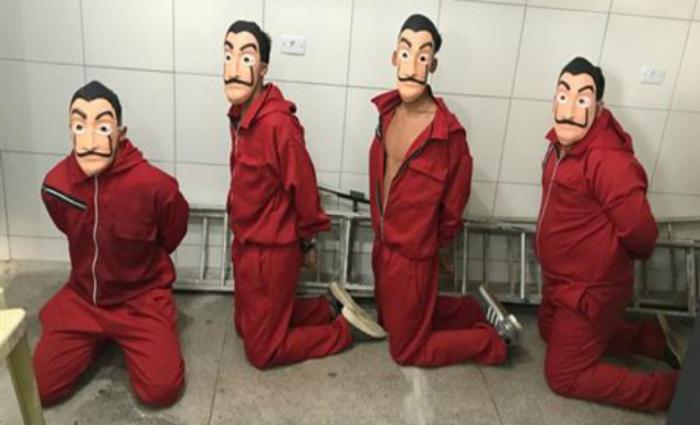 Jovens se vestiram com macacões vermelhos, máscaras de Salvador Dalí e armas de brinquedo. Foto: Cortesia