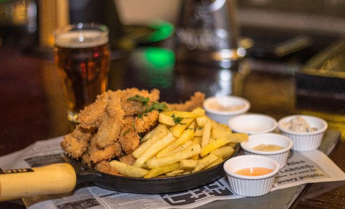 Famoso Fish and chips (lascas de peixe crocante com batata frita e molhos artesanais) são servidos no The Queen Pub. Foto: André Valença/Divulgação