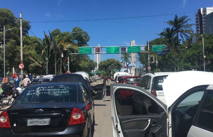 Veículos começam a paralisar na Avenida Agamenon Magalhães, no Derby Foto: Thalyta Tavares / DP