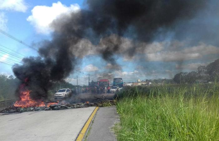 BR-408, em Paudalho, Zona da Mata Norte de Pernambuco, está bloqueada desde o começo da manhã Foto: PRF / Divulgação