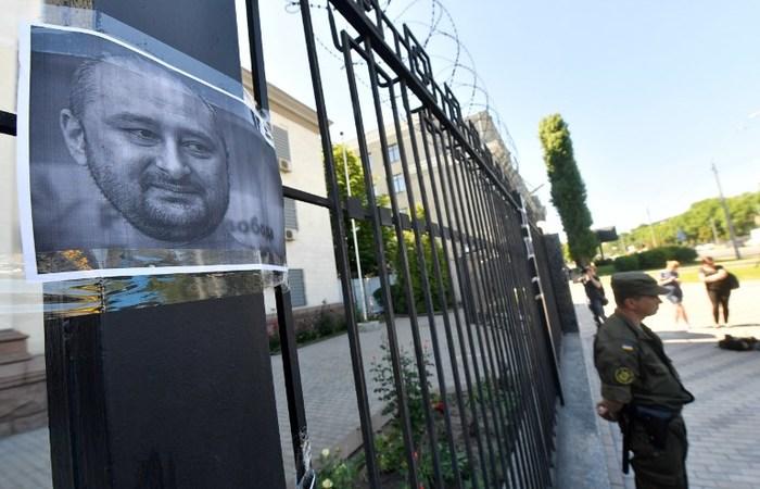 Arkadi Babchenko foi assassinado, morto na escada de seu edifício. Foto: SERGEI SUPINSKY / AFP