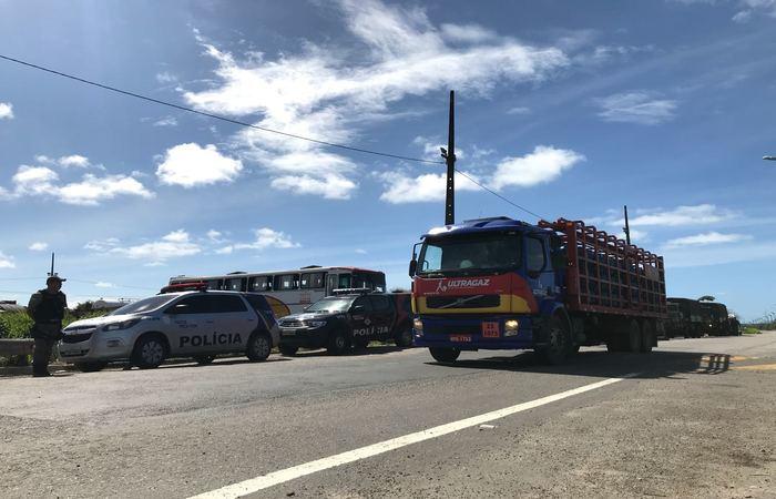 Um efetivo de 413 policiais vai permanecer no complexo para garantir a livre circulação de caminhões no complexo. Foto: Sávio Gabriel/Esp. DP