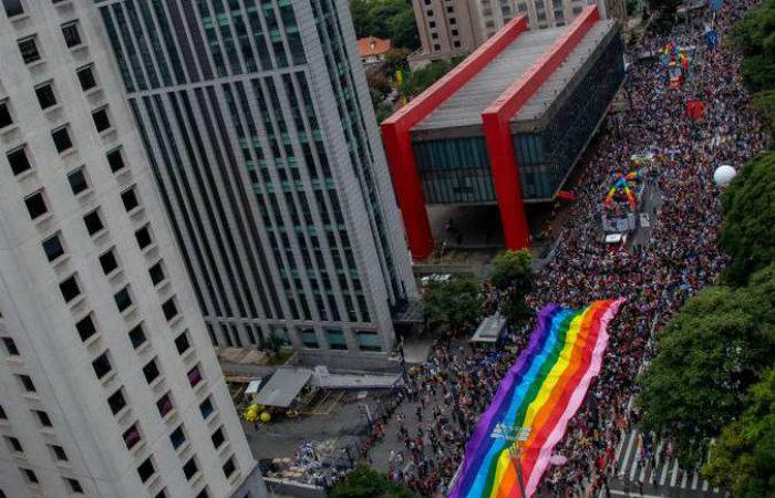 Política e festa andaram juntos na 22ª Parada do Orgulho LGBT de São Paulo (foto: AFP / Miguel SCHINCARIOL)