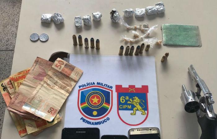 No momento da prisão, o suspeito portava um revólver calibre 38, além de crack e maconha. Foto: Polícia Militar/Divulgação