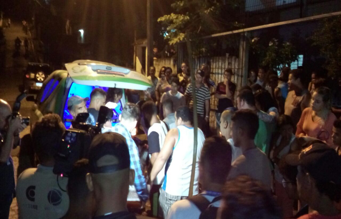 A retirada do caixão, levado para dentro da residência da avó de José Ernesto, ocorreu em meio a choros, cantos e som de berimbaus. Foto: Osnaldo Moraes/DP