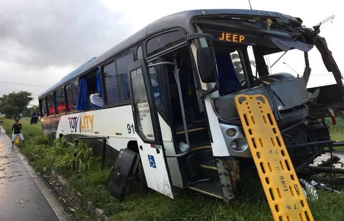 O motorista ficou preso às ferragens e ainda é resgatado pelos bombeiros. Foto: Corpo de Bombeiros/Divulgação