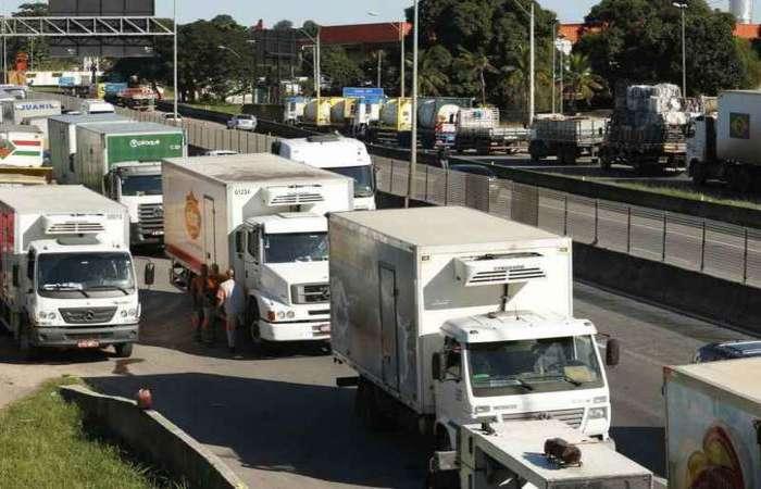 Caminhões estacionaram em estradas estratégicas para a distribuição de alimentos, combustíveis e de outros produtos, causando o desabastecimento em várias cidades. Foto: Tomaz Silva/Agencia Brasi