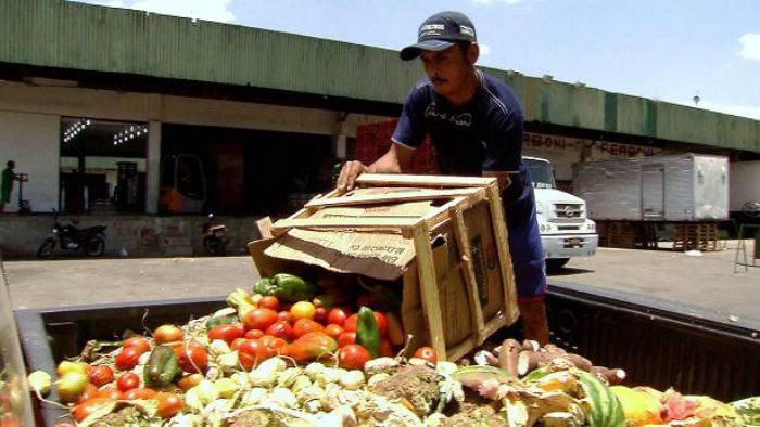 Muita comida é jogada no lixo, principalmente verduras. Foto: Agência Brasil