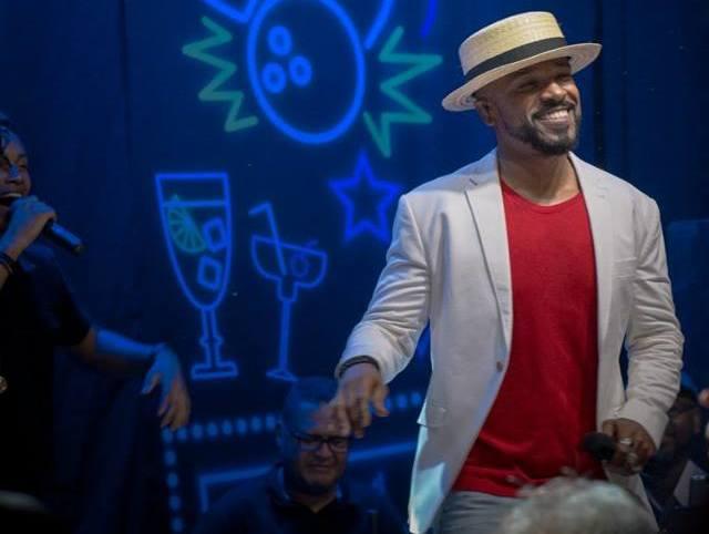 No palco, Alexandre apresenta hits de bandas como SPC, Raça Negra, Negritude Jr e outras. Foto: Divulgação