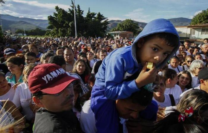 O movimento é intenso na fronteira entre Brasil e Venezuela (Foto: Schneyder Mendoza,AFP)