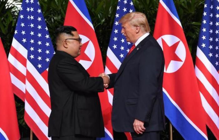 Kim e Trump em aperto de mãos histórico (Foto: SAUL LOEB/AFP)