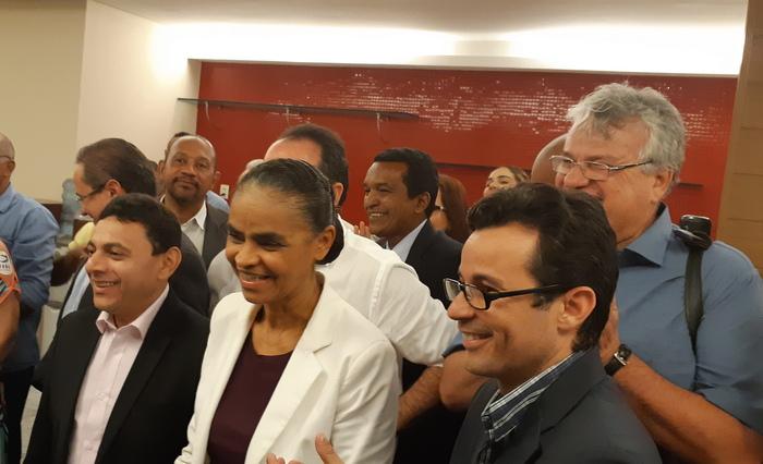 Pré-candidata veio para o pré-lançamento da candidatura do pastor Jairinho, à frente. Foto: Aline Moura/DP