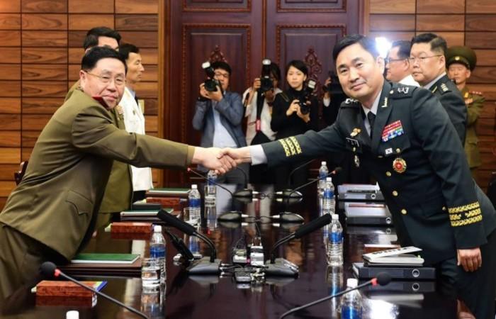 Repreentantes das duas delegações militares das Coreias que se reuniram. Ahn Il-san, do Norte, e Kim Do-gyun, do sul, à direita. Foto: Handout/AFP